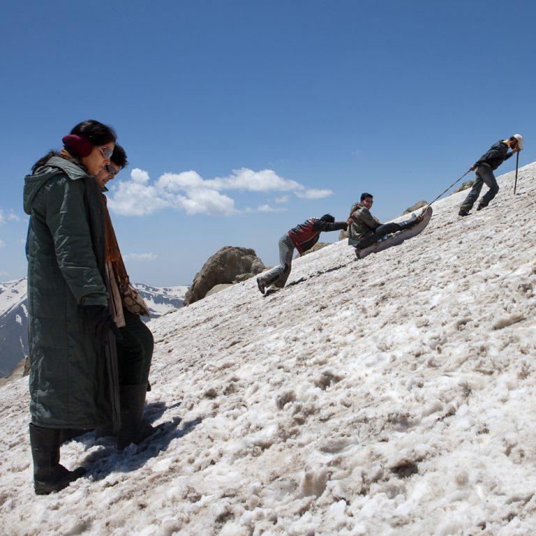 Touristes indiens et «tireurs de luge» sur le mont Apharwat