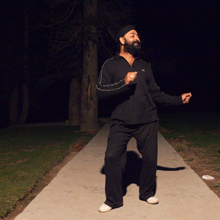 Touriste indien sikh dansant dans le jardin de son hôtel