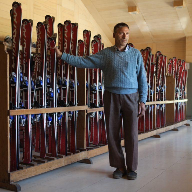 Mushta, responsable du matériel de ski de l'IISM