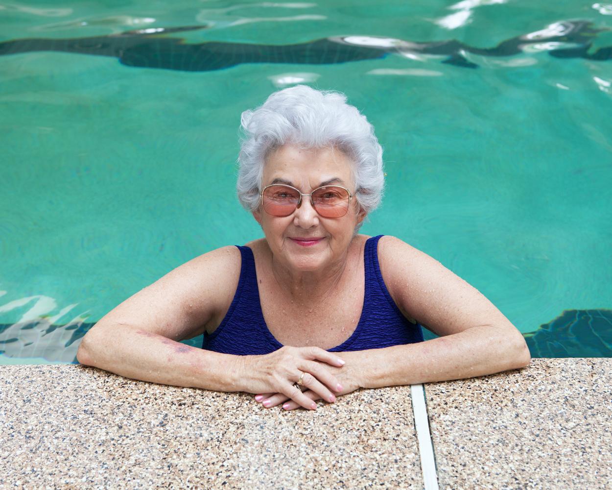 Benita Mc Ginn (81 ans) à la piscine du Beardsley recreation center, Sun City West Originaire du Missouri, Benita est arrivée à Sun City West en 1995. Entre parties de golf et sessions de marche en piscine, elle vit paisiblement ses vieux jours heureux.