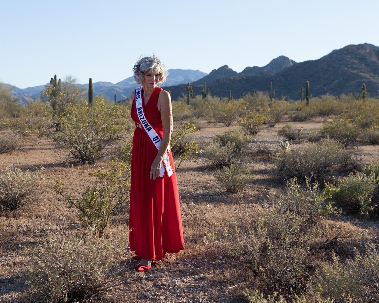Diane Shapiro (75 ans) dans le désert qui entoure les Sun Cities
