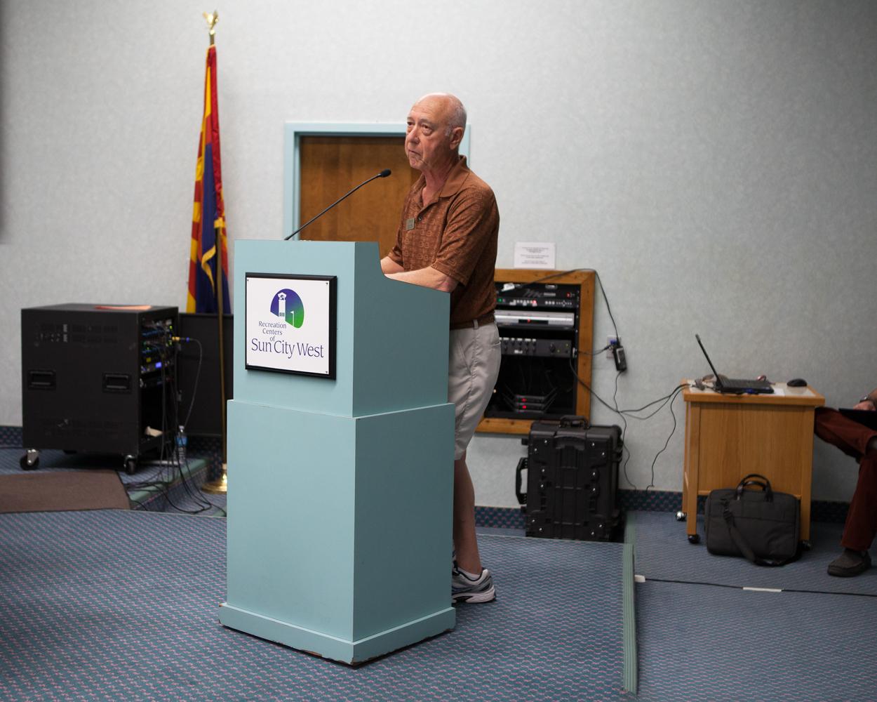 Ed Van Cott (77 ans) présente les derniers budgets votés pour la ville, Sun City West