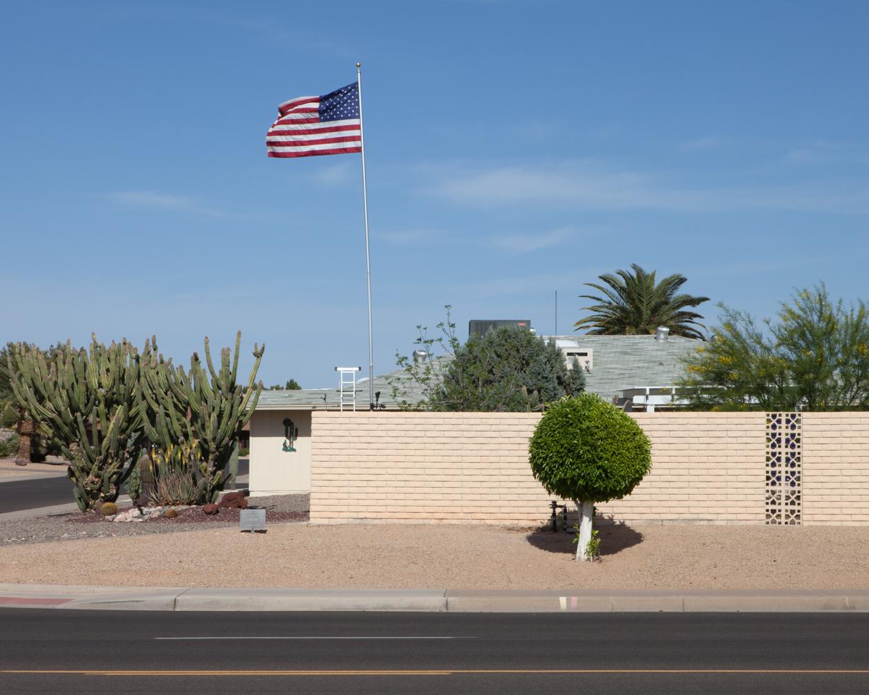 Maison et drapeau, Sun City